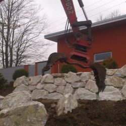 Steinschlichtungen . Steinmauer . Bagger . Befestigung (12)