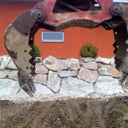 Steinschlichtungen . Steinmauer . Bagger . Befestigung (10)